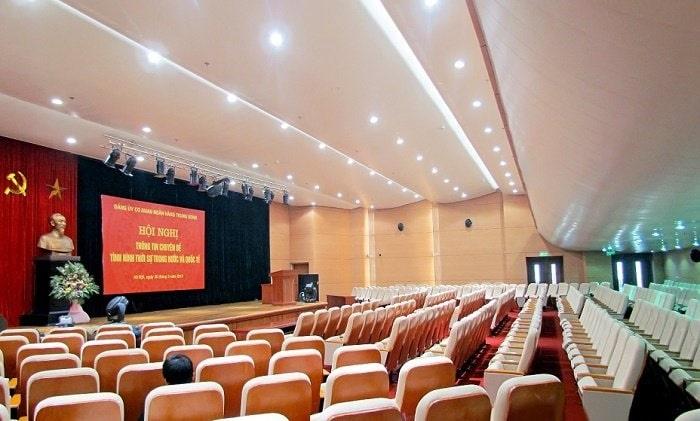 Dàn âm thanh hội trường thường phục vụ cho nhiều khách và diện tích rộng